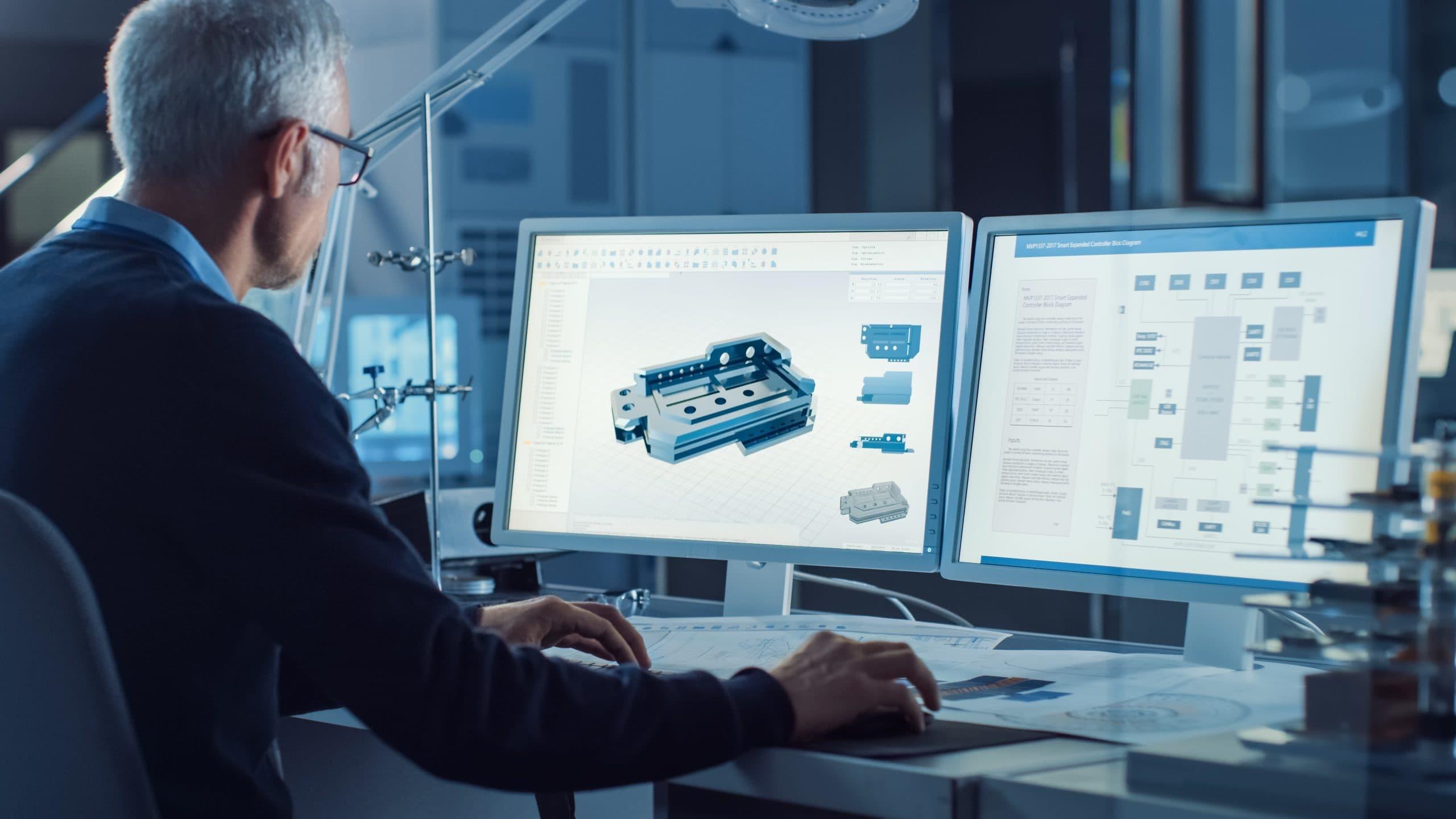 Ingenieur vor zwei Bildschirmen, 3DEXPERIENCE Works Programm geöffnet