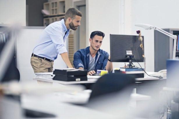 Industriedesigner im Büro besprechen ein Projekt am Computer