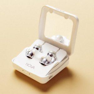 Bild 2: NOVA H1 Ohrringe im mobilen Charger