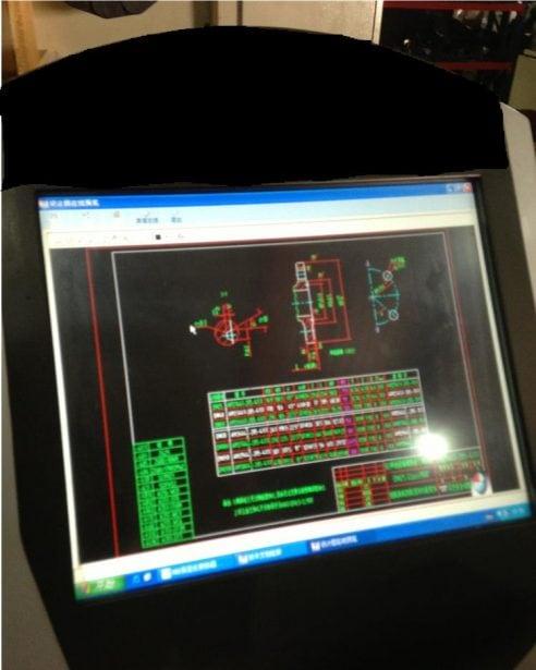 Abbildung 5: Ein digitaler Monitor zeigt eine 2D-Zeichnung in der Fertigungshalle an