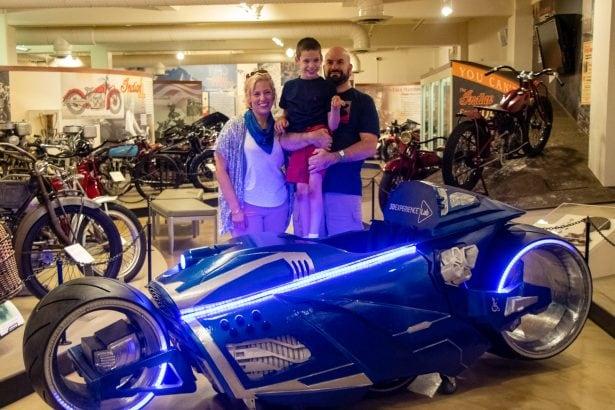 Ben und seine Familien freuen sich riesig über den futuristischen Magic Wheelchair