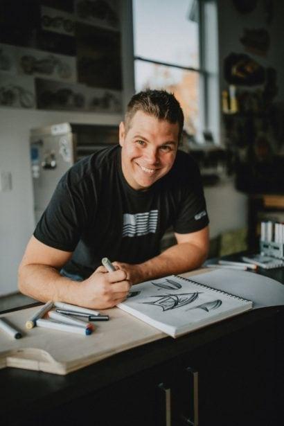 Fotoportrait des Chopper Star-Designers Jason Pohl beim Zeichnen eines Zeltes