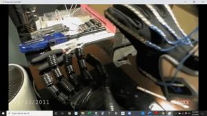 Roboterhände mit elektrischen Schläuchen